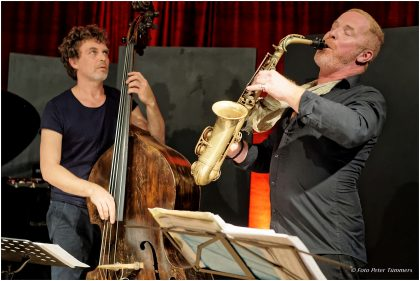 Sebastian Gramss & Hayden Chisholm 22.10.2017 SLOWFOX: Hayden Chisholm - sax ; Sebastian Gramss - double bass, bows ; Philip Zoubek - piano © Peter Tümmers
