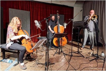 Emißatett 30.11.2016 Elisabeth Coudoux - Cello, comp ; Matthias Muche - Posaune ; Robert Landfermann - Kontrabass © Peter Tümmers