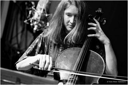 Elisabeth Coudoux  30.11.2016 Emißatett: Elisabeth Coudoux - Cello, comp ; Matthias Muche - Posaune ; Robert Landfermann - Kontrabass © Peter Tümmers