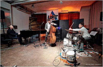 Petros Klampanis: CHROMA 11.3.2017 Kristjan Randalu - piano ; Petros Klampanis - bass ; Bodek Janke - drums & percussion © Peter Tümmers
