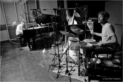 26.06.2015 Zoubek - Niggenkemper - Andrzejewski Philip Zoubek - piano, Max Andrzejewski - drums, Pascal Niggenkemper - bass © Peter Tümmers
