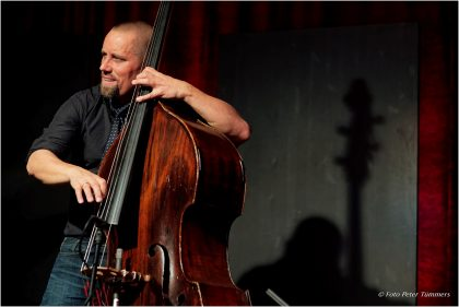 Joscha Oetz 21.10.2015 Perfektomat Trio Edition Simon Nabatov - piano, Laura Robles - cajón, Joscha Oetz - bass featuring: Yma America - vocals © Peter Tümmers