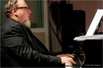 Simon Nabatov 21.10.2015 Perfektomat Trio Edition Simon Nabatov - piano, Laura Robles - cajón, Joscha Oetz - bass featuring: Yma America - vocals © Peter Tümmers