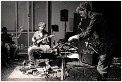 Leonard Huhn und Sebastian Müller 01.06.2015 jungesloft: Duonale - Vol. I Samuel Blaser - trb. / Jonas Burgwinkel - drums Leonard Huhn - sax., eff. / Sebastian Müller - el. guit., eff. © Peter Tümmers