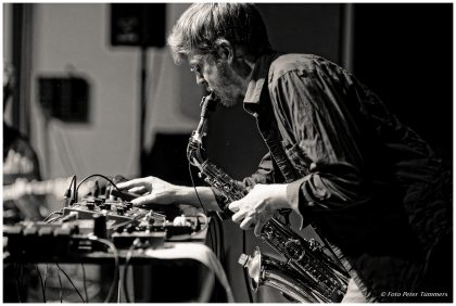 Leonard Huhn 01.06.2015 jungesloft: Duonale - Vol. I Samuel Blaser - trb. / Jonas Burgwinkel - drums Leonard Huhn - sax., eff. / Sebastian Müller - el. guit., eff. © Peter Tümmers