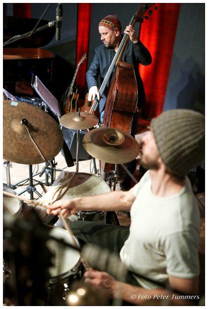 "Joscha Oetz und Bodek Janke 12.03.2015 ""Vitime Band 2"" Rainer Böhm - piano, Vitaliy Zolotov - guit., Joscha Oetz - bass, Bodek Janke - drums © Peter Tümmers"