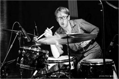 """Dominik Mahnig 31.04.2014 """"Die Neue Brücke"""" Simon Nabatov - piano, Mark Dresser - bass, Dominik Mahnig - drums © Peter Tümmers"""