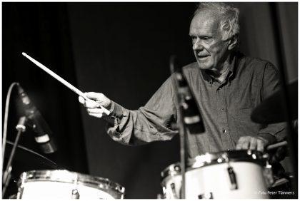 "Pierre Favre 25.01.2015  ""die kunst des trios 8"" Hans Lüdemann - piano/virtual piano, Mark Helias - bass, Pierre Favre - drums © Peter Tümmers"