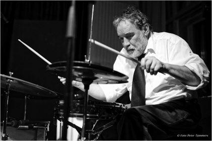Paul Lovens - Alexander von Schlippenbach Trio (mit Evan Parker und Paul Lovens) 04.12.2014 © Peter Tümmers