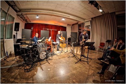 BEYOND 8.11.2016 Jürg Wickihalder - saxes ; Barry Guy - bass ; Lucas Niggli - drums © Peter Tümmers