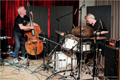 "Barry Guy und Gerry Hemingway 30.10.2015 ""Still crazy after all these years"" 25 years Cologne : The music of Simon Nabatov 3. Konzertprogramm ""Freies Europa"" Simon Nabatov - piano, Barry Guy - bass, Gerry Hemingway - drums © Peter Tümmers"
