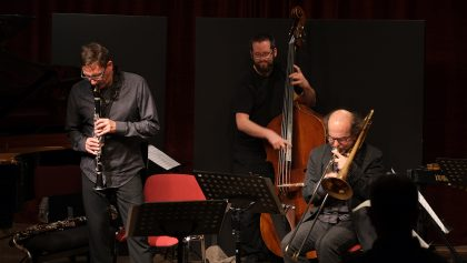 vl: Frank Gratkowski, Robert Landfermann, Sebastiano Tramontana 09.11.2016 GEORG GRAEWE: two nights of sonic fiction and random acoustics SonicFiction Orchestra: Frank Gratkowski (Berlin) - Klarinetten ; Sebastiano Tramontana (München) - Posaune ; Joanna Lewis (Wien) - Violine ; Melissa Coleman (Wien) - Cello ; Robert Landfermann (Köln) - Kontrabass ; Els Vandeweyer (Berlin) - Perkussion ; Georg Graewe (Wien) - Klavier, Leitung